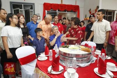 副首相因谢惜良突在其衣服口袋塞入一封红包之举而开怀大笑起来。