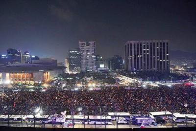 首尔大量示威者周六后生除夕,连日来第10只星期开反朴会。(法新社照片)