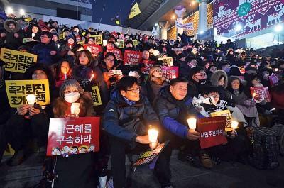 首尔不少示威者聚集在光化门外,拿蜡烛和反朴槿惠之口号。(法新社照片)
