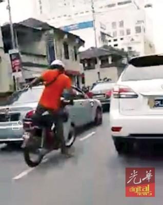 被告林克斯瓦仁日前涉嫌蓄意破坏及敲打猛踹他人轿车,被路人拍摄到其举止。