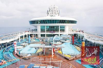 船上拥有4个泳池,池边经常安排互动活动。