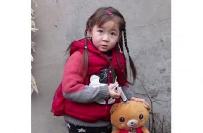 懂事的童童每日都会抱着玩具熊练习打针,希望长大后能当一个医生。