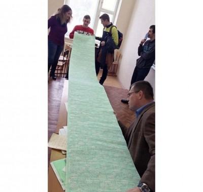 """学生制作极长的""""猫纸""""在考试中使用。"""