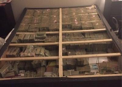 床底下发现的巨额现金。