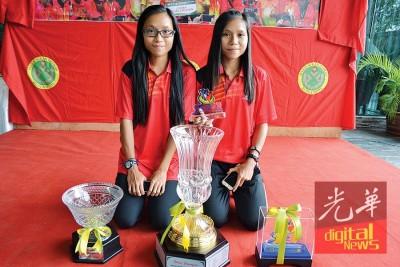 双胞胎姐妹张金淇(右)与张金淋与战利品合影。