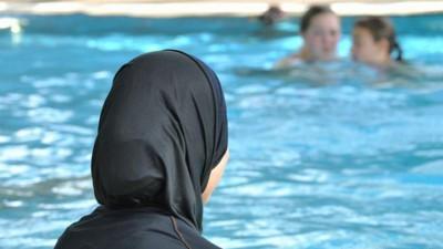 瑞士教育部规定学生在青春期前必须参加男女混合游泳课。