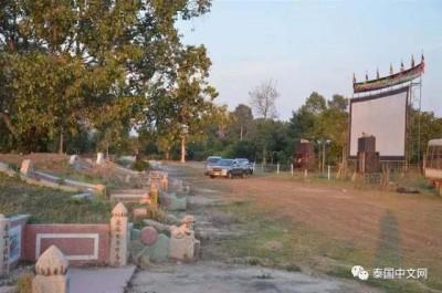 泰国披集府某坟场放电影,观众是埋葬在当地的300多名华人祖先。