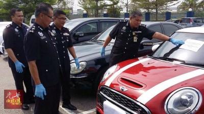 翻开卡利亚(右)检查充公的投资热迷你库柏轿车。