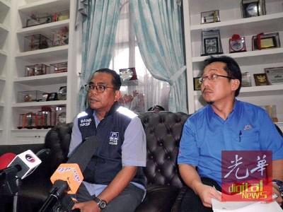 莫哈末卡立(左起)由拉查里陪同,召开记者会驳斥灾民指责州政府没全力阻止水灾发生。