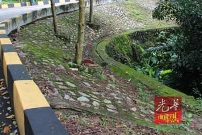 山坡旁的裂痕长达3至5米。