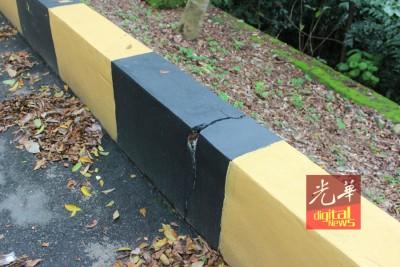 路旁的围墙也同样出现裂痕。