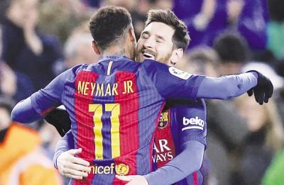 梅西(冲镜头)和内马尔兴奋相拥庆祝球队进球。
