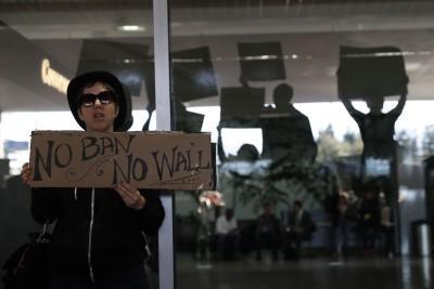 """在旧金山国际机场,示威者高举写着""""不禁止穆斯林、没有围墙""""的标语牌。(法新社照片)"""