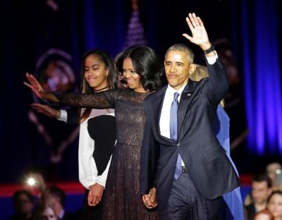 演讲结束后,欧巴马领着第一夫人米歇尔及女儿玛莉亚上台向民众挥手道别。(法新社照片)