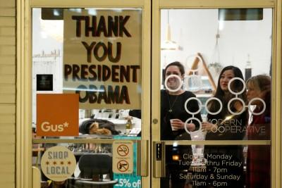 芝加哥人对欧巴马恋恋不舍,在店铺窗户高挂向他致谢的海报。