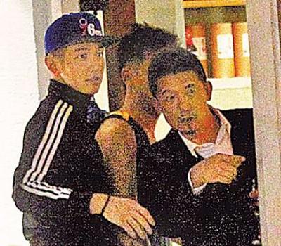 柯震东(左)和爸爸柯耀宗之前常在自家餐厅出入。