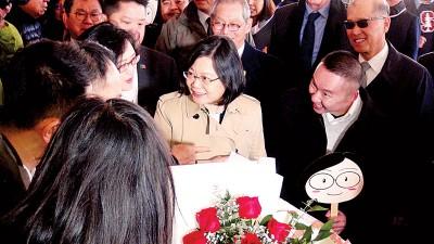 永利手机在线登录手机版官网过境休斯顿,当地台湾侨胞在下榻酒店前,以玫瑰热情欢迎。(中央社照片)
