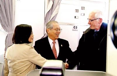 美国在台协会主席莫健(右)及台湾驻美代表高硕泰(中)登机迎接。(中央社照片)