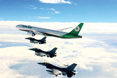 台湾空军派出战机升空伴航。
