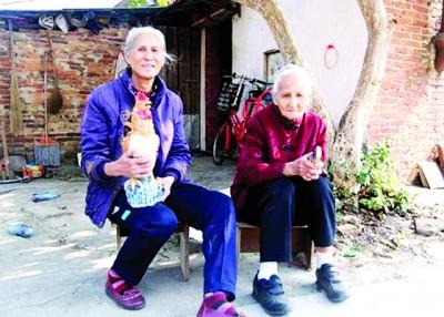鸡美英(左)与鸡二妹(右)因姓氏特别,在村内为人熟知。