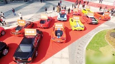 每辆车之车顶上还摆着『年终奖』其三只好字。