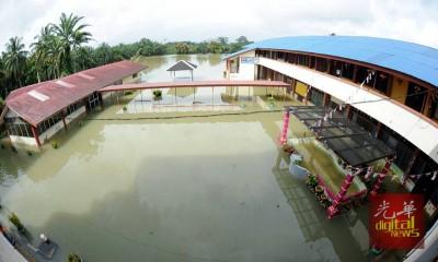 东海岸学校面临水灾问题,部分桌椅已损坏。