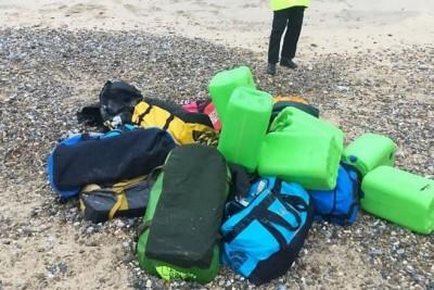 大批毒品冲上英国诺福克郡海滩。