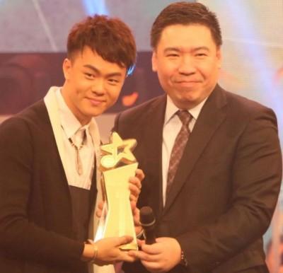 源于槟城的周奕斌(左),盖Astro新秀亚军姿态赢得《2016寒暑TVB大地华人新秀歌唱大赛》冠军。