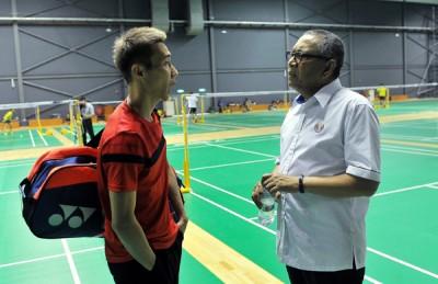 阿尔阿敏与李宗伟(左)一同亮相大马羽球学院。
