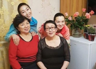 柳博芙(左前)以及阿利萨(右前)到底可与同胞女儿团聚。