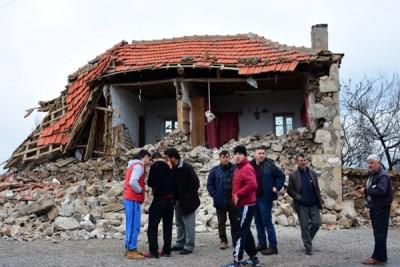 震造成房屋损毁。