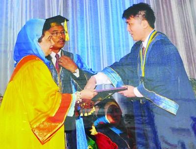 张玮廷从一个过动儿在须借重助听器后不言放弃,使他在学业上取得骄人成绩。