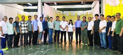 林亚国的同学决定成立基金会,协助怡君(右9)完成学业。