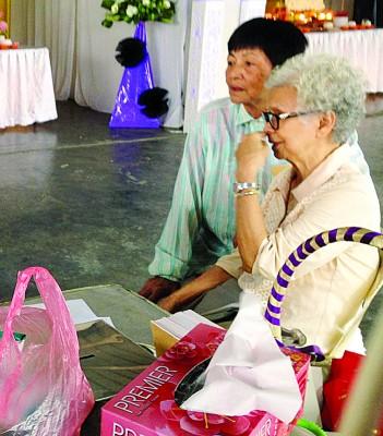 怡君的年迈祖母杨亚娇不时在丧府协助打点。