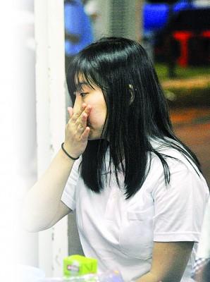 林怡君难忍悲痛拭泪。