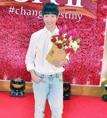 现场演唱情歌《只因为你》,还边唱边派送玫瑰花给公众。