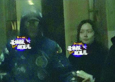冯绍峰(左)和郭碧婷被直击一起乘车离开。