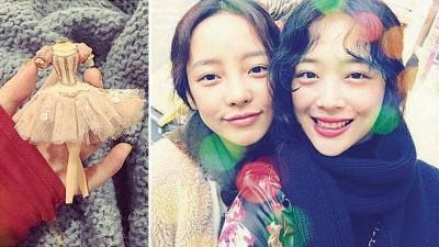 (左图)雪莉一张没有头手的娃娃照,让人看了不寒而栗。雪莉(右图右)与好友具荷拉(右图左)经常相聚玩耍。