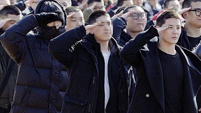 T.O.P(左)与俊秀(右)同时同地入伍成为同袍。