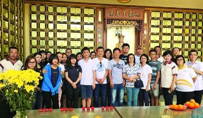 林吴两家亲属将林亚国一家四口骨灰,于头七日送至太平山庄大明殿安奉,前右3为刘丽萍。