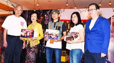 方万春(右1)和李永光(左1)颁发奖金予3位摄影比赛大奖得主即余秀冰(右2)、张元友(中)和Yeoh Peng Hong(缺席,代领)。