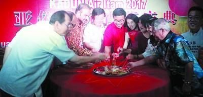 曹观友、黄汉伟、蓝卡巴、林秀琴及主桌嘉宾在亚依淡元宵庆典上齐捞生。