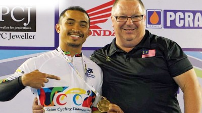 阿兹祖(左)夺取金牌之后,第一时间感谢教练班斯里(右)及时归队助阵。