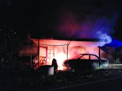 马来甘榜住家清晨为火魔光顾,致使有父子逃生时受伤。