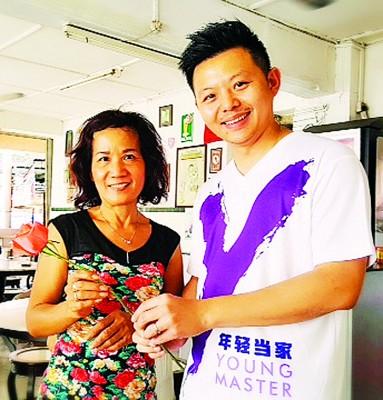 就情人节到来之际,卢界燊看乔治市内传统咖啡店并献花给地方妇女。