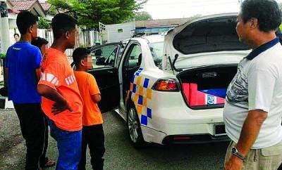 嫌犯被治安队队员包围擒拿交警方处置。