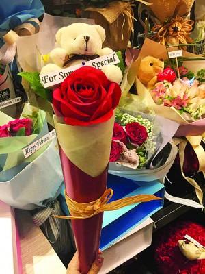 韩国流行一枚玫瑰搭配可爱的小熊娃娃作情人节礼物,前不久大马也盛行。