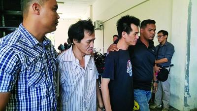被告(左2及左3)被警方押上法庭。