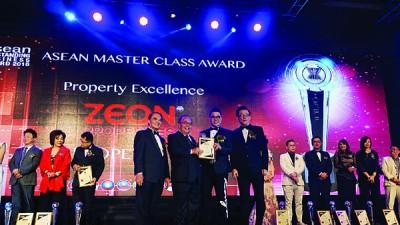 益安地产公司荣获ASEAN Outstanding Business Award - Master Class Award In Property Excellence殊荣。颁奖人为Malaysian Deputy Minister of Domestic Trade Coorperatives and Consumerism Henry Sum Agong及拿督斯里许展强先生。
