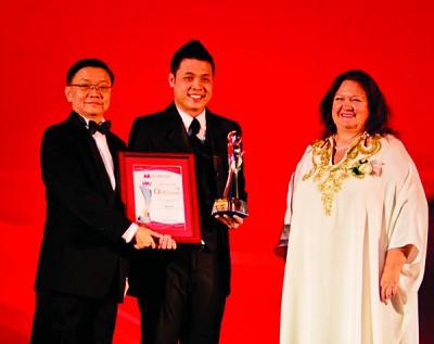 2013年,李烔良获得McMillan Woods Global Awards,世上最富裕的女士Georgina Rinehart为颁奖人(右1)。
